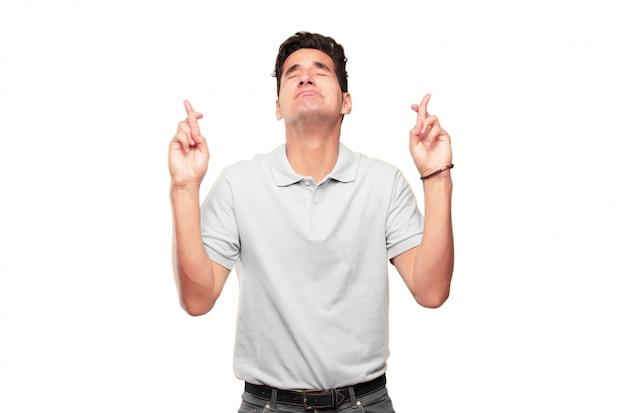 Jeune bel homme bronzé faisant une promesse ou un serment sincère et honorable, jurant solennellement avec un ha Photo Premium