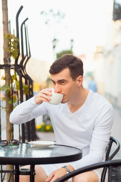 Jeune bel homme buvant du café Photo Premium