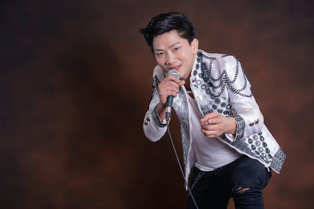 Jeune bel homme chanteur en vêtements décontractés Photo gratuit