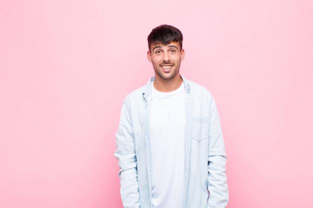 Jeune Bel Homme Heureux Et Agréablement Surpris, Excité Par Une Expression Fascinée Et Choquée Sur Le Mur Rose Photo Premium