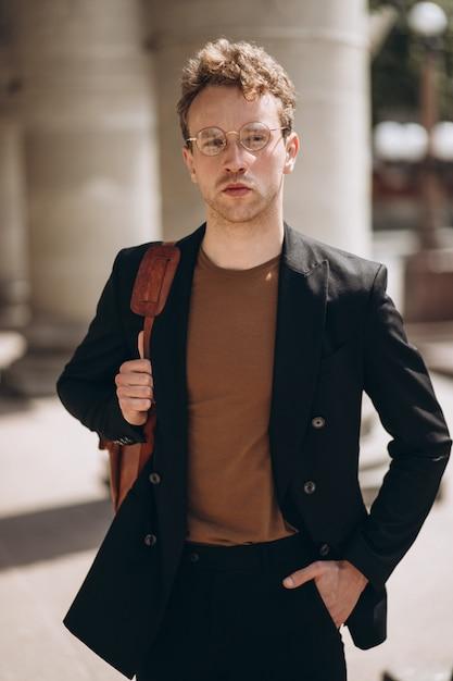 Jeune bel homme à lunettes Photo gratuit