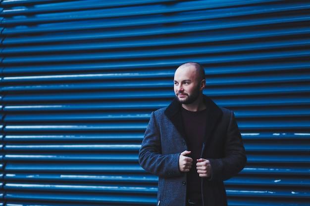 Jeune Bel Homme En Manteau Photo Premium