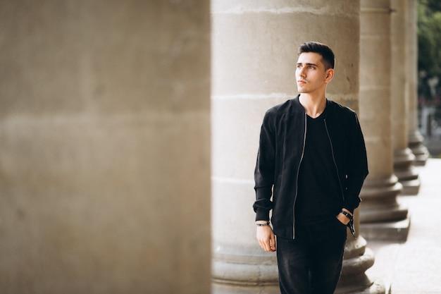 Jeune bel homme par l'université Photo gratuit