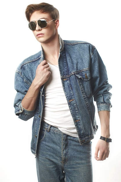 Jeune bel homme portant des jeans jaket Photo Premium