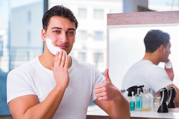 Jeune bel homme se raser le matin Photo Premium