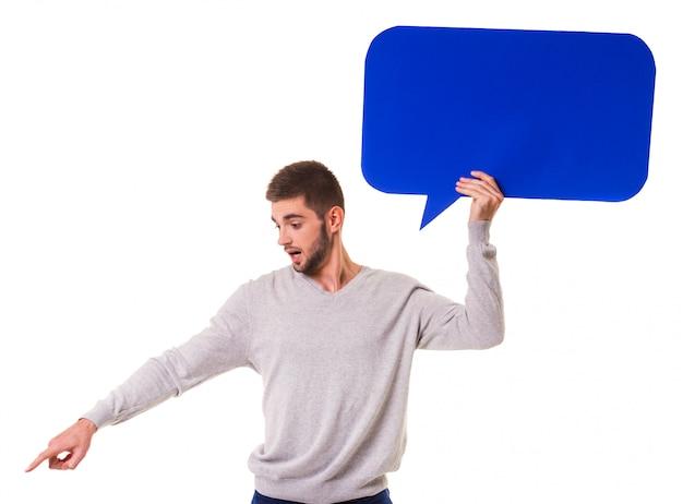 Jeune bel homme tenant une bulle bleue pour le texte. Photo Premium