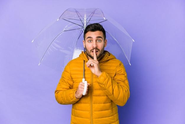 Jeune Bel Homme Tenant Un Parapluie Gardant Un Secret Photo Premium