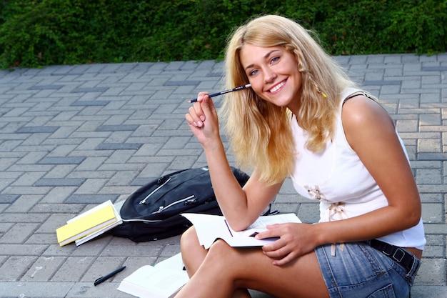 Jeune et belle étudiante Photo gratuit