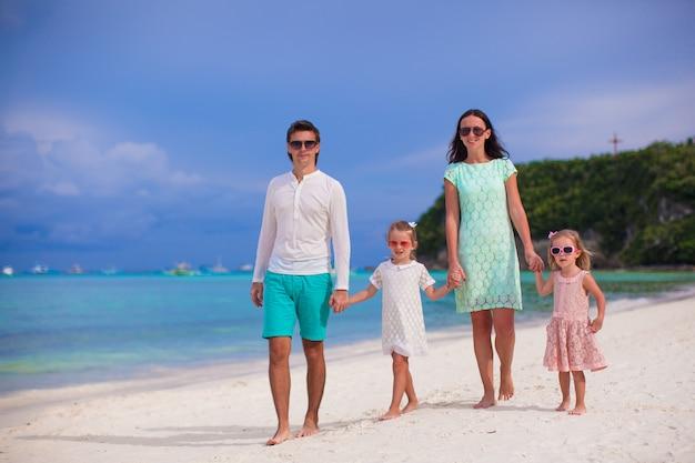 Jeune belle famille avec deux enfants marchant en vacances tropicales Photo Premium