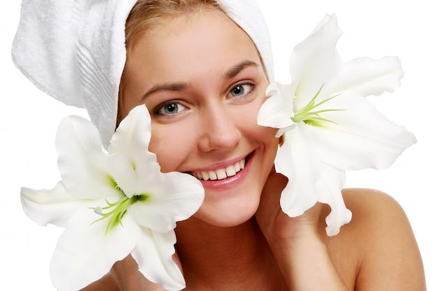 Jeune et belle femme sur blanc Photo gratuit