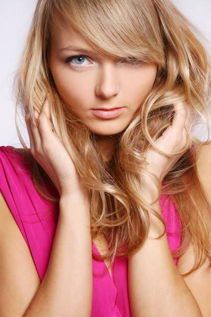 Jeune et belle femme caucasienne Photo gratuit
