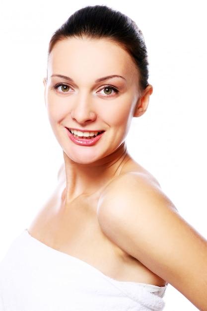 Jeune Et Belle Femme Heureuse Se Détendre Dans Le Spa Photo gratuit