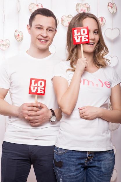 Jeune, Belle Femme Et Homme Amoureux Le Jour De La Saint-valentin Photo Premium
