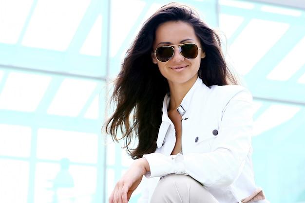 Jeune et belle femme à lunettes de soleil Photo gratuit