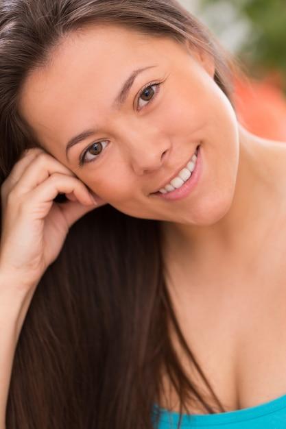 Jeune belle femme à la maison Photo gratuit