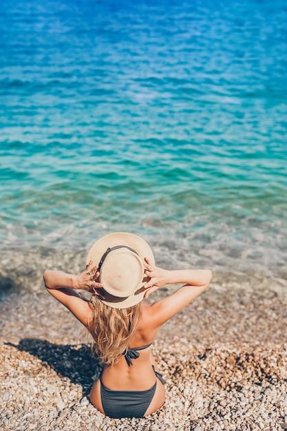Jeune belle femme se détendre à la plage européenne Photo Premium