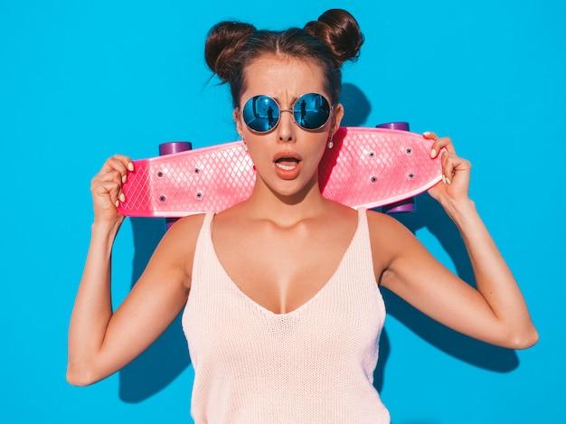 Jeune Belle Femme Sexy Hipster Souriante à Lunettes De Soleil. Photo gratuit