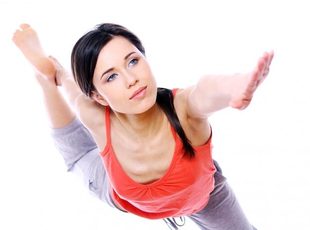 Jeune Et Belle Fille Faisant Des Exercices De Yoga Photo gratuit
