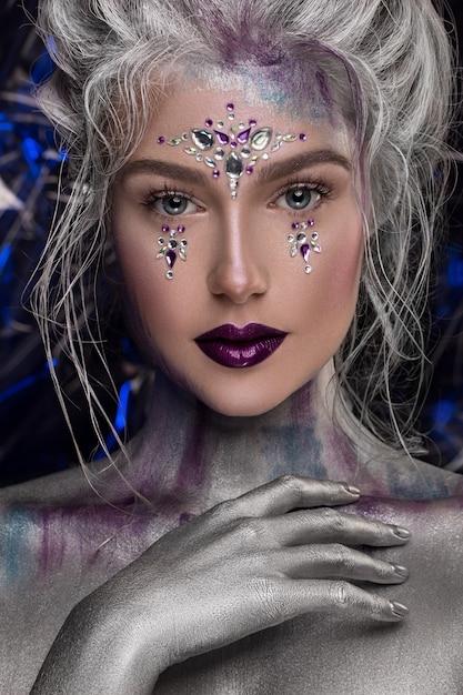 Jeune belle fille en maquillage maquillage créatif avec strass Photo Premium