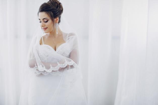 Une jeune et belle mariée à la maison va à un mariage Photo gratuit