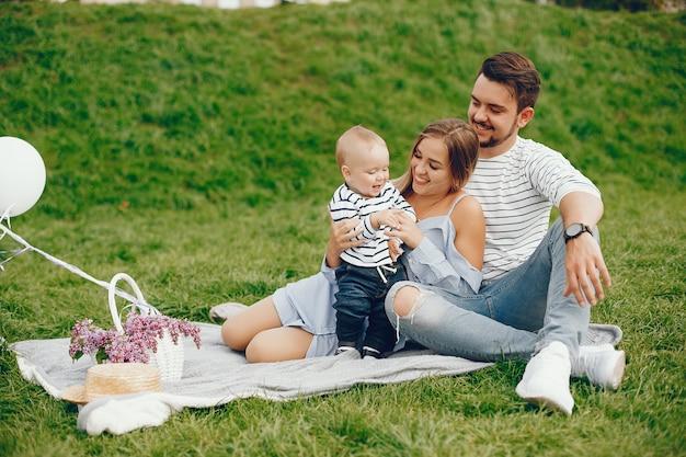 Une jeune et belle mère blonde dans une robe bleue, avec son bel homme Photo gratuit