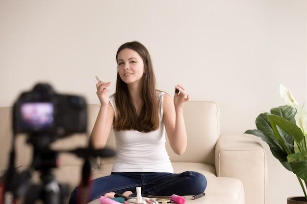 Une jeune blogueuse beauté faisant une vidéo Photo gratuit