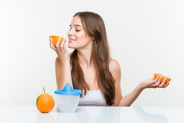 Jeune, caucasien, femme, tenue, faire, a, jus orange Photo Premium