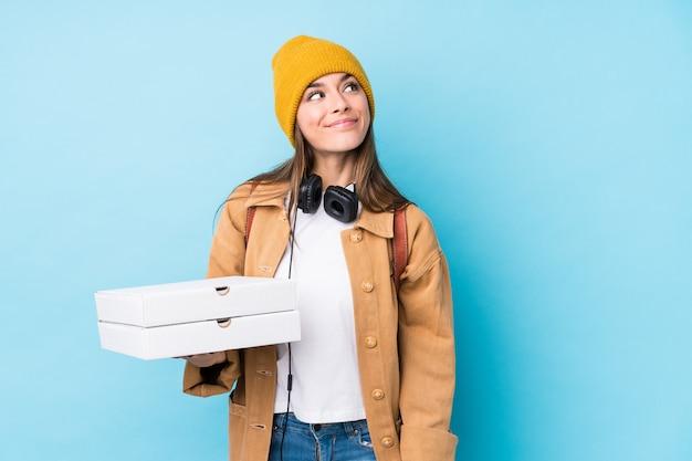 Jeune, Caucasien, Femme, Tenue, Pizzas, Isolé, Rêver, Réaliser, Buts, Buts Photo Premium