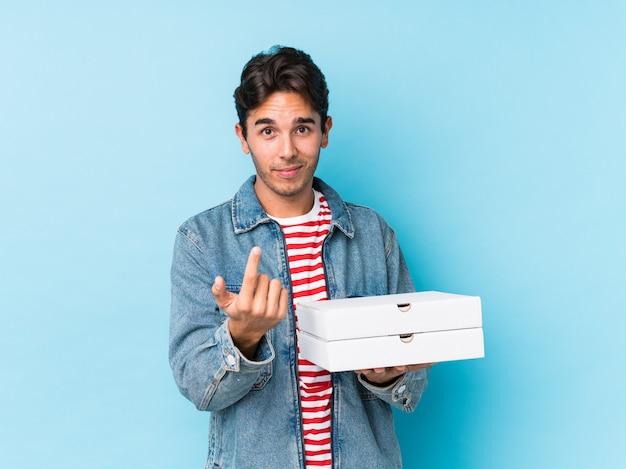 Jeune, Caucasien, Tenue, Pizzas, Isolé, Pointage, Doigt, Vous, Invitant, Approchez-vous Photo Premium