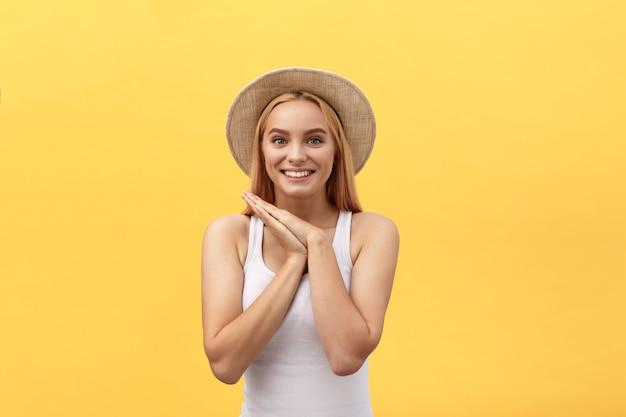 Jeune charmante femme blonde avec visage ému heureux en regardant la caméra Photo Premium