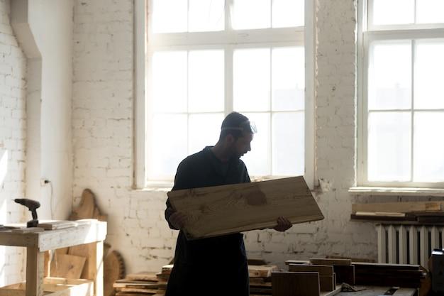 Jeune charpentier en bois en bois, menuiserie en menuiserie Photo gratuit