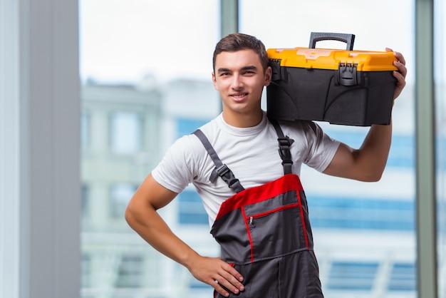Jeune charpentier travaillant sur un chantier de construction Photo Premium