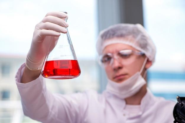 Jeune chimiste travaillant au laboratoire Photo Premium