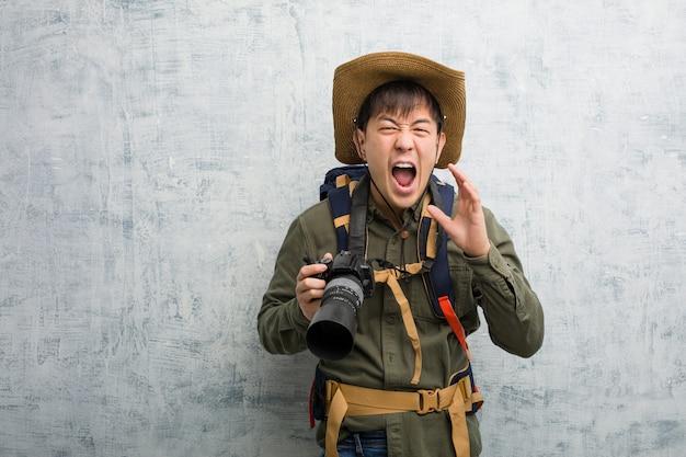 Jeune, Chinois, Explorateur, Tenue, Appareil Photo, Cris, Quelque Chose, Heureux, Devant Photo Premium