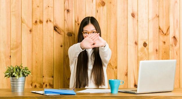 Jeune, Chinois, Femme, étudier, Bureau, Faire, Déni, Geste Photo Premium