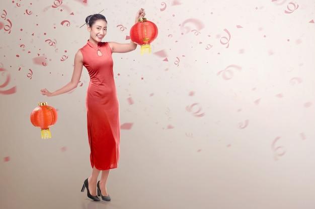 Jeune, Chinois, Robe, Cheongsam, Tenue, Chinois, Lanterne Photo Premium