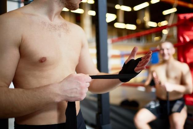 Jeune combattant, emballer mains, à, bande Photo gratuit