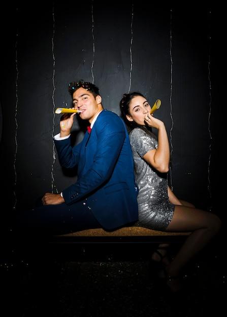 Jeune couple avec accessoires fan jaune Photo gratuit