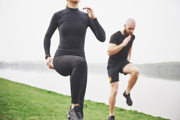 Un Jeune Couple Aime Faire Du Sport Le Matin En Plein Air. échauffez-vous Avant L'exercice Photo gratuit
