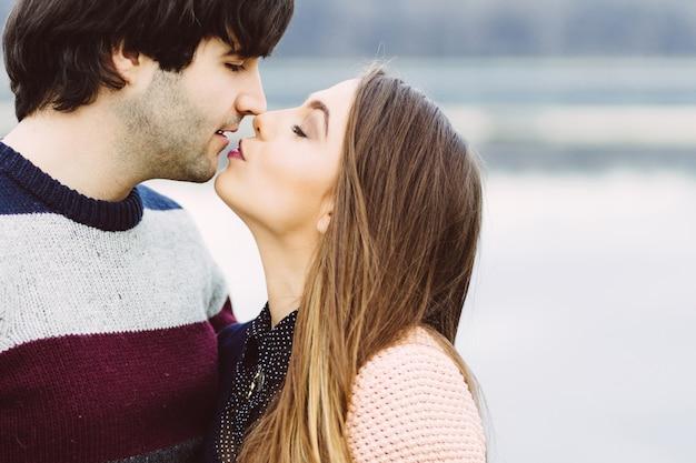 Jeune couple amoureux en plein air Photo gratuit