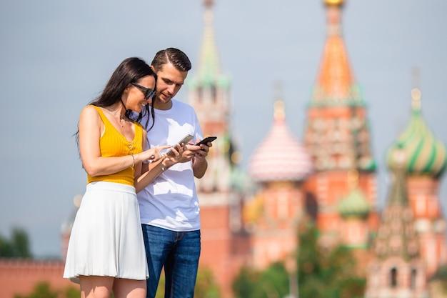 Jeune couple amoureux en promenade dans la ville de st basils church Photo Premium