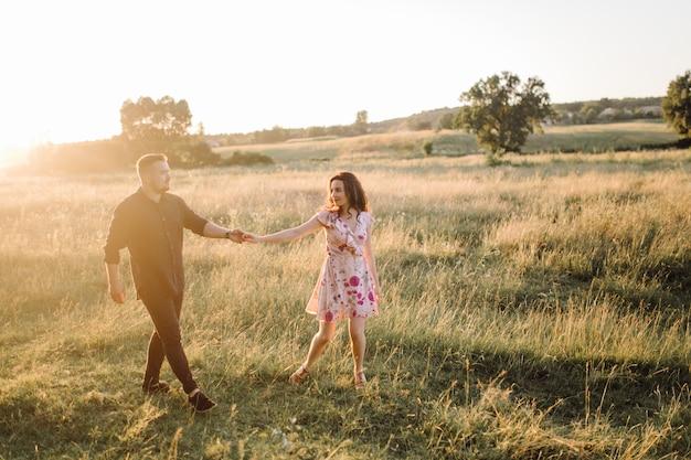 Jeune couple amoureux se promenant dans le parc Photo gratuit