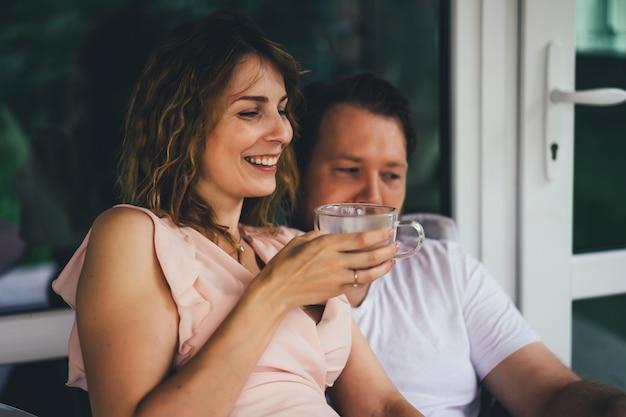 Jeune couple amoureux sur la terrasse de leur maison. Photo gratuit