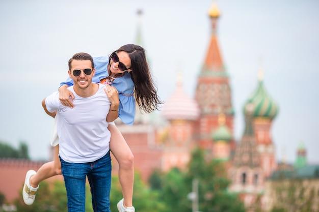 Jeune couple amoureux en train de marcher dans la ville Photo Premium