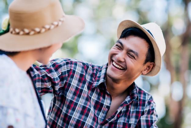 Jeune couple amoureux Photo gratuit