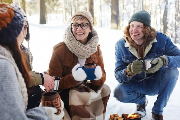Jeune Couple, Apprécier, Boissons, Dans, Forêt Hiver Photo gratuit