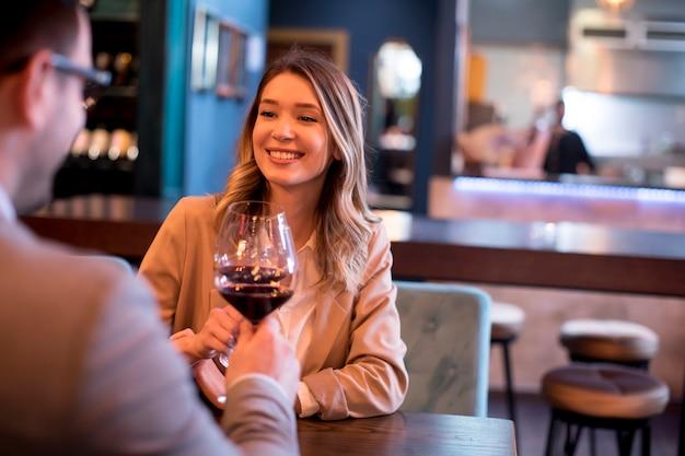 Jeune, Couple, Apprécier, Déjeuner, Restaurant Photo Premium