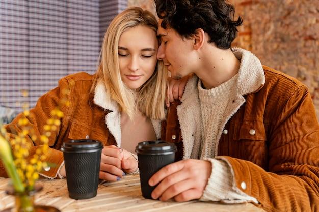 Jeune Couple, Apprécier, Tasse Café Photo Premium