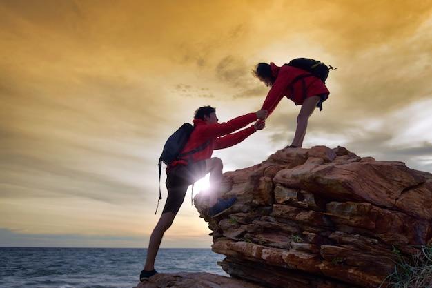 Jeune couple asiatique grimper Photo Premium