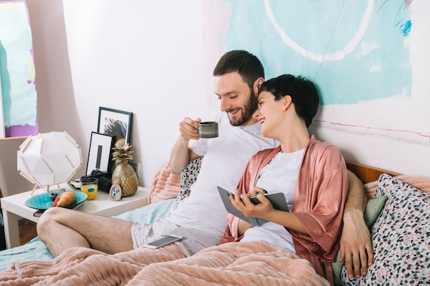 Jeune couple au lit le matin Photo gratuit